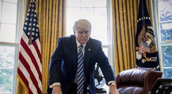 El presidente de Estados Unidos, Donald Trump, decidió retirar a su nación del acuerdo climático de París, de acuerdo con el portal de noticias Axios, que cita a dos fuentes no identificadas. Por su parte, el medio Fox News, también citando una fuente no identificada, confirmó la información. Durante la cumbre del G7 celebrada en Italia, Trump se mostró indeciso sobre el acuerdo y aseguró que al llegar a Washington tomaría la decisión sobre el asunto. El mandatario estadounidense considera el calentamiento global un engaño. Mientras que unos 22 senadores republicanos también son partidarios de la salida del acuerdo y emitieron una carta para influir en esta decisión. La retirada formal del acuerdo podría tomar tres años, pero EE.UU. también podría abandonar el tratado de la Unión de Naciones Unidas sobre el que se basa el acuerdo. El acuerdo de París fue firmado por cerca de 200 países en 2015, tiene como objetivo limitar el calentamiento planetario en parte reduciendo el dióxido de carbono y otras emisiones de la quema de combustibles fósiles. Según el documento, EE.UU. se comprometió a reducir sus emisiones en un 26 a 28 por ciento con respecto a los niveles de 2005 para 2025. (Tomado de Telesur)