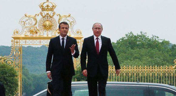 Presidente de Francia, Emmanuel Macron, recibe a Vladimir Putin, su homólogo ruso, en Francia, el 29 de mayo de 2017. Foto: AFP.