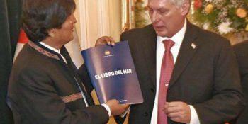 """Durante la visita, Evo Morales le entregó a Díaz-Canel un busto del líder indígena Túpac Katari y un ejemplar de """"El libro del Mar"""". Foto: ABI."""