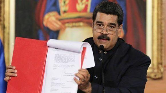 Maduro al momento de firmar el decreto para la convocatoria a la Asamblea Constituyente el pasado 1ro de mayo. Foto: Reuters.