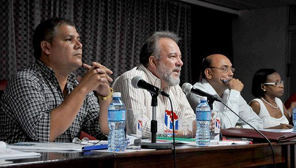 El ministro de Turismo, Manuel Marrero Cruz (segundo de izquierda a derecha), evaluó el proceso de construcción de las obras que se ejecutarán en la provincia de Villa Clara, con vistas a FIT-Cuba 2018. Foto: Ramón Barreras Valdés.