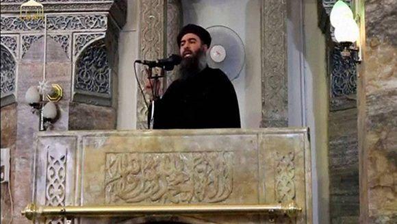 Abu Bakr al-Bagdadi, líder del Estado Islámico, durante su única aparición pública en Mosul (2014). Foto: Reuters.