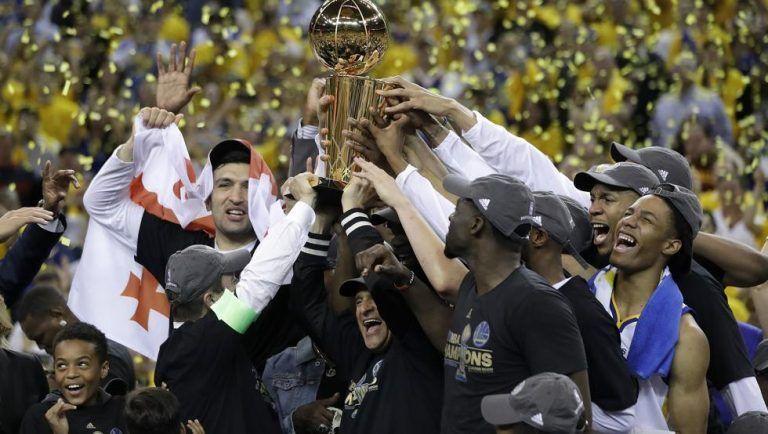 Los jugadores de los Golden State Warriors celebrando el título. Foto: AP