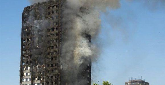 Bomberos trabajan en las labores de extinción del incendio declarado en la Torre Grenfell en Lancaster West Estate en Londres (Reino Unido). Foto: EFE.