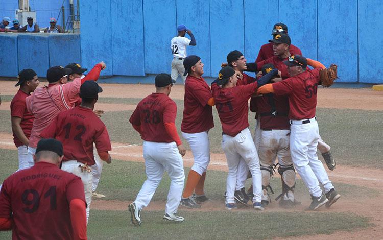 El equipo sub 18 de Villa Clara celebró su triunfo en el estadio José Ramón Cepero, de Ciego de Ávila. (Foto: Osvaldo Gutiérrez Gómez/ACN)
