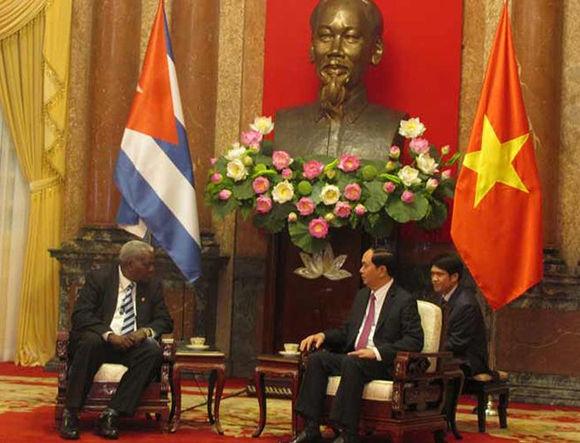 Presidente Tran Dai Quang junto a Esteban Lazo en Vietnam. Foto: PL.