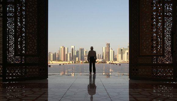 Un hombre en la mezquita Imam Muhammad ibn Abd al-Wahhab en Doha, Qatar, el 9 de junio de 2017. Foto: Naseem Zeitoon/ Reuters.