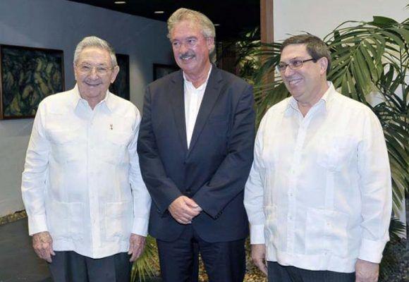 El presidente cubano, Raúl Castro, junto a canciller de Luxemburgo y su par cubano Bruno Rodríguez. Foto: Estudios Revolución.