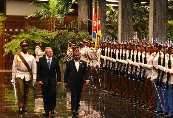El General de Ejército Raúl Castro Ruz, Presidente de los Consejos de Estado y de Ministros de Cuba, recibió a Filipe Jacinto Nyusi (D), Presidente de la República de Mozambique, en el Palacio de la Revolución, en La Habana, el 17 de junio de 2017. Foto: ACN/ Marcelino Vázquez.