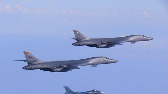 Dos bombarderos B-1B de la Fuerza Aérea de EE.UU., escoltados por un avión de combate F-2 japonés, el 30 de julio de 2017. Foto: U.S. Air Force.