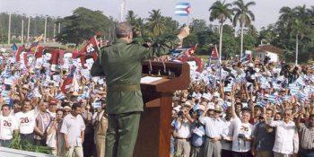 Fidel pronuncia un discurso en conmemoración del aniversario 47 del asalto al cuartel Moncada el 26 de julio de 1953, en la Plaza Provisional de la Revolución en Pinar del Río, 5 de agosto de 2000. Foto: Estudios Revolución / Sitio Fidel Soldado de las Ideas.