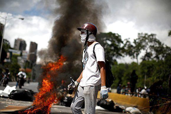 Un manifestante durante una marcha de protesta contra el Gobierno de Nicolás Maduro en Caracas, Venezuela, el 26 de julio de 2017. Foto: Carlos Garcia Rawlin / Reuters.
