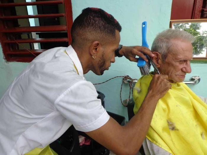 Como parte de las medidas, por ejemplo, en las actividades de belleza se integrarán siete actividades (barbero, maquillista, masajista, manicura, peluquera, peluquera peinadora de trenzas y peluquero tradicional). Foto: Elba Salazar Cuba