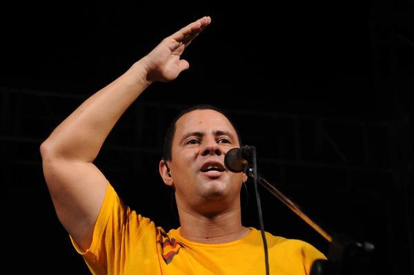 Israel Rojas, vocalista y líder del Dúo Buena Fe, durante el concierto realizado como parte de la Campaña por los 15 años del injusto encarcelamiento de Los Cinco Héroes Cubanos, y dedicado a los jóvenes que recién iniciaron el nuevo curso escolar del año académico, en la Plaza Roja de 10 de Octubre, en La Habana, Cuba, el 6 de septiembre de 2013. AIN FOTO/Omara GARCÍA MEDEROS/sdl