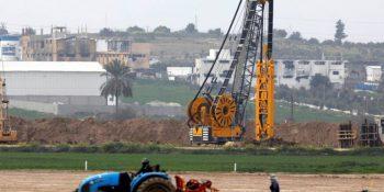 Trabajo enlas obras del muro subterráneo que rodeará Gaza. Foto: Reuters.