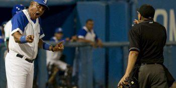Víctor Mesa reclama al árbitro durante el tercer juego de la subserie entre Industriales y la Isla de la Juventud en el estadio Latinoamericano. Foto: Ismael Francisco/ Cubadebate.