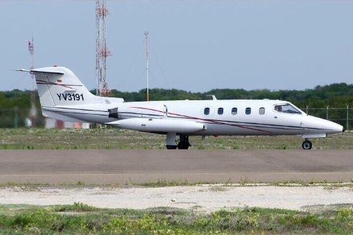 Este avión —con dos tripulantes y tres pasajeros— había despegado en el Aeropuerto Simón Bolívar, en Maiquetía, estado Vargas, con destino a Barcelona, estado Anzoátegui.