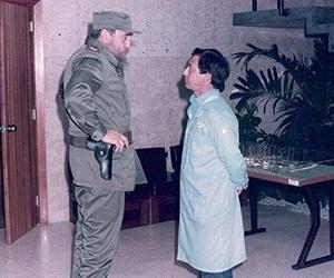 El Comandante en Jefe Fidel Castro junto al director fundador del Centro de Inmunoensayo José Luis Fernández Yero, en el centro recién inaugurado. Foto: Cortesía del entrevistado.
