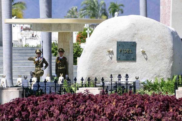 Soldados de la Unidad Militar 1953, realizan el cambio de la Guardia de Honor al Héroe Nacional José Martí, y al Comandante en Jefe Fidel Castro Ruz, en el cementerio Santa Ifigenia de Santiago de Cuba. Foto: Miguel Justiz / ACN