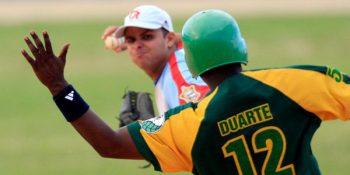 Donald Duarte intenta romper un doble play. Foto Ismael Francisco/ Cubadebate/ Archivo