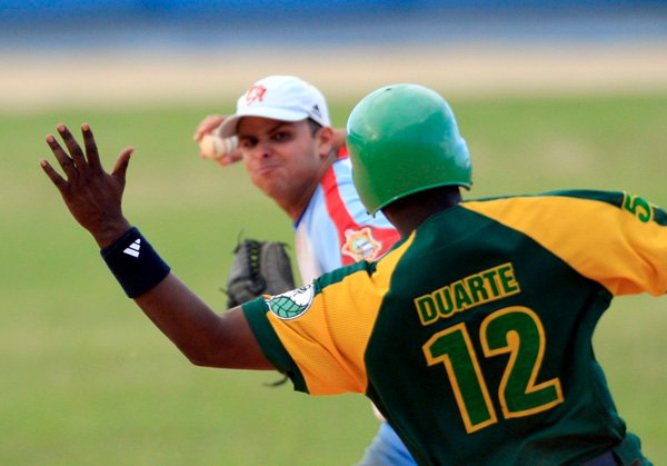Donald Duarte intenta romper un doble play. Foto Ismael Francisco/ Cubadebate/ Archivo