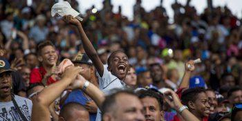 Aficionados festejan la primera victoria de Industirales en el Latino en el debut de Víctor Mesa como manager azul. Foto: Ismael Francisco/ Cubadebate.