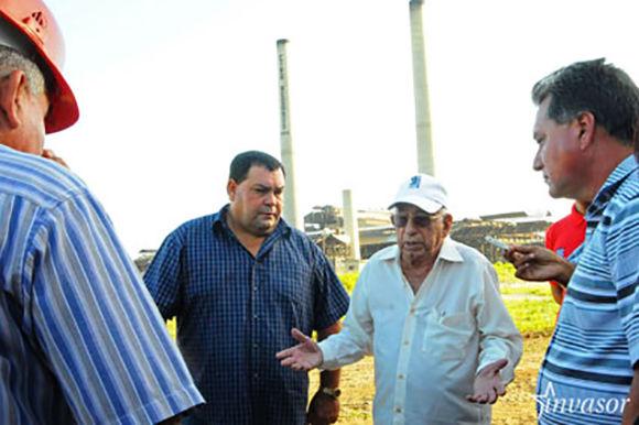En las proximidades del central Ciro Redondo, Machado Ventura hizo referencia a la importancia que tendrá el funcionamiento de la bioeléctrica, y de paso, indagó sobre los preparativos de la venidera zafra. Foto: Invasor.