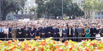 Minuto de silencio en plaza Catalunya. Foto: Elena Parreño/ Público.