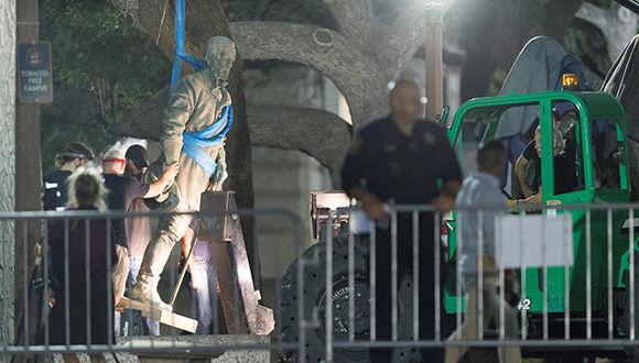 Trabajadores retiran una estatua del general confederado Robert E. Lee en la Universidad de Texas en Austin. Foto: Reuters