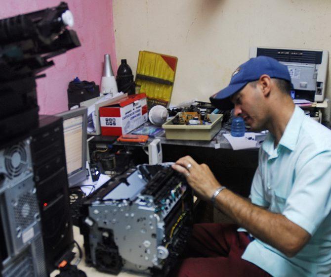 Informáticoreparando una impresora