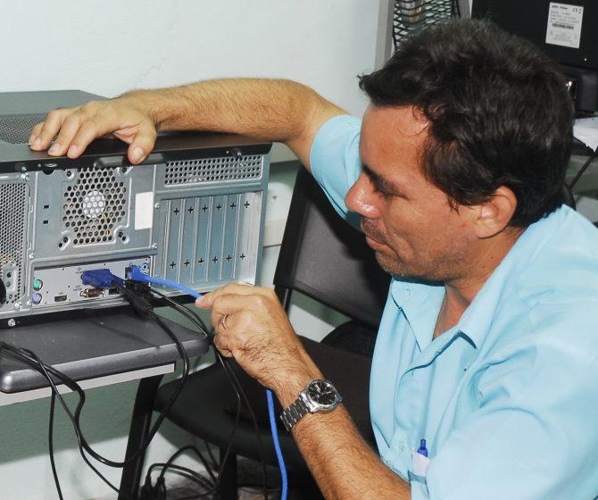 informatico testenado una pc en la red
