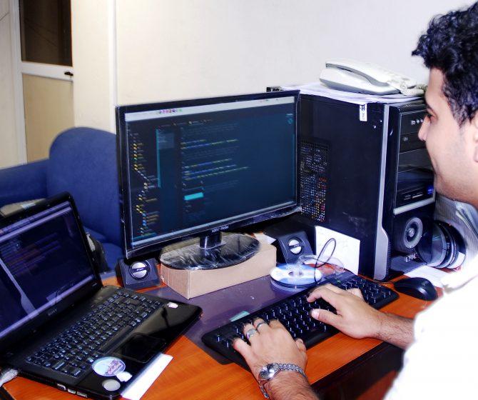 informático del Hospital programando