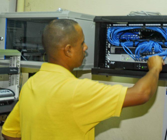 Informático administrando las redes