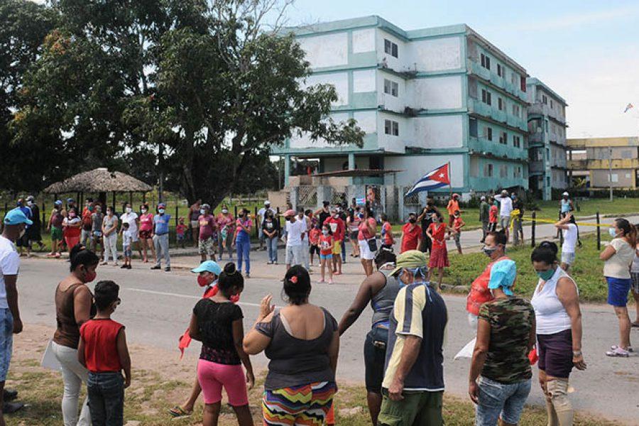 Distanciamiento entre pobladores. Foto Yoandris Delgado Matos
