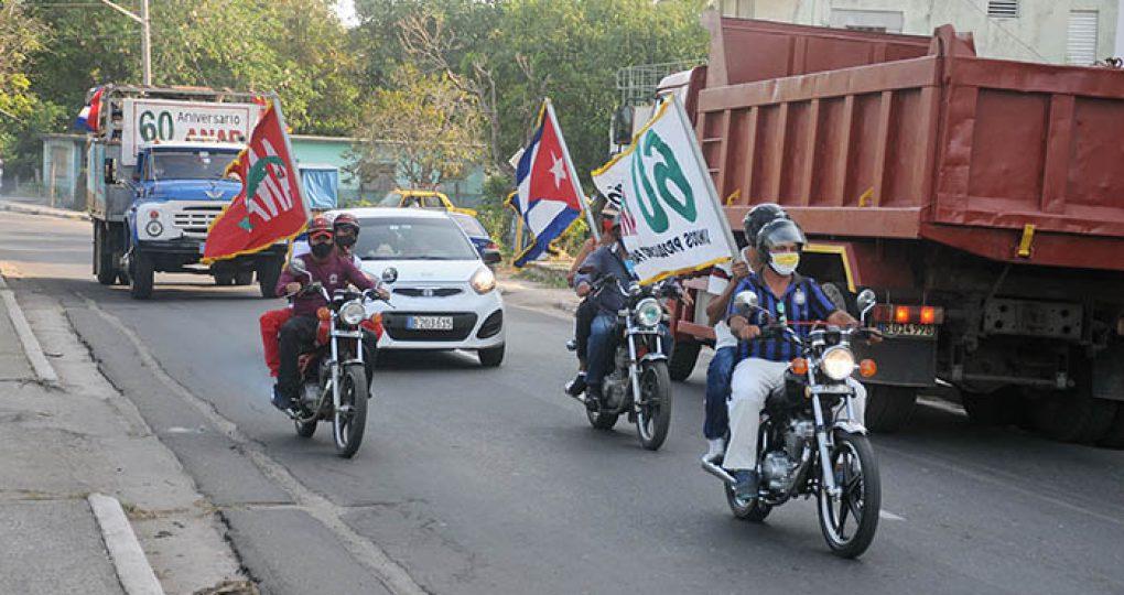 Entregan directivos de la ANAP sello conmemorativo y la bandera 60 Aniversario de la organisación anapista a productores destacados_1. fotos Yesmanis Vega Ávalos
