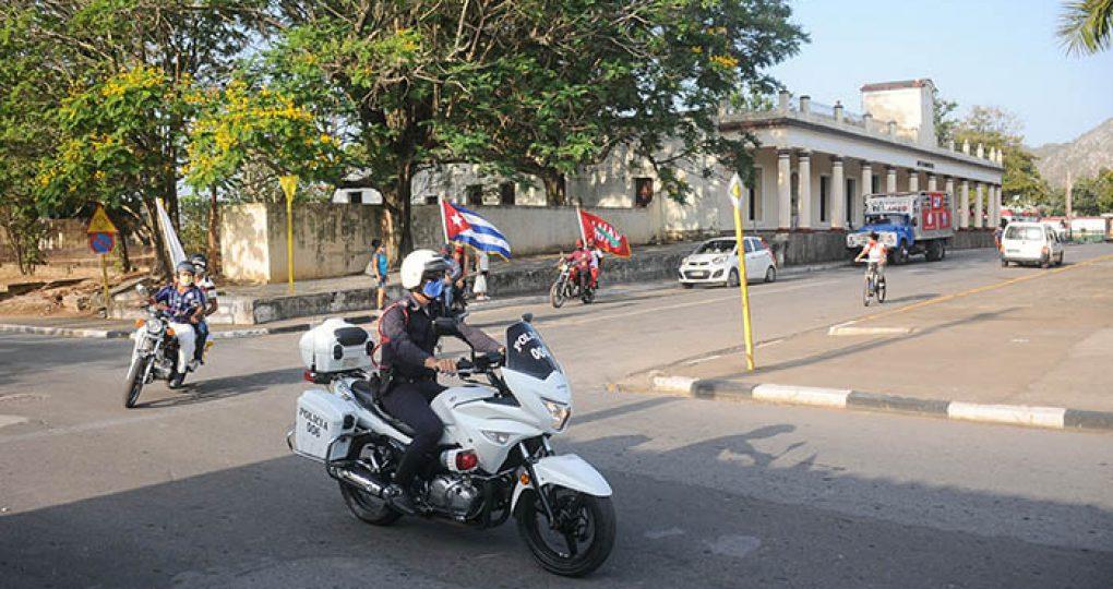 Entregan directivos de la ANAP sello conmemorativo y la bandera 60 Aniversario de la organisación anapista a productores destacados_2. fotos Yesmanis Vega Ávalos