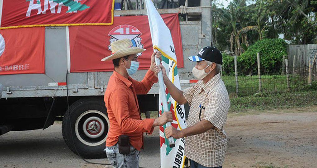 Entregan directivos de la ANAP sello conmemorativo y la bandera 60 Aniversario de la organisación anapista a productores destacados_8. fotos Yesmanis Vega Ávalos (2)