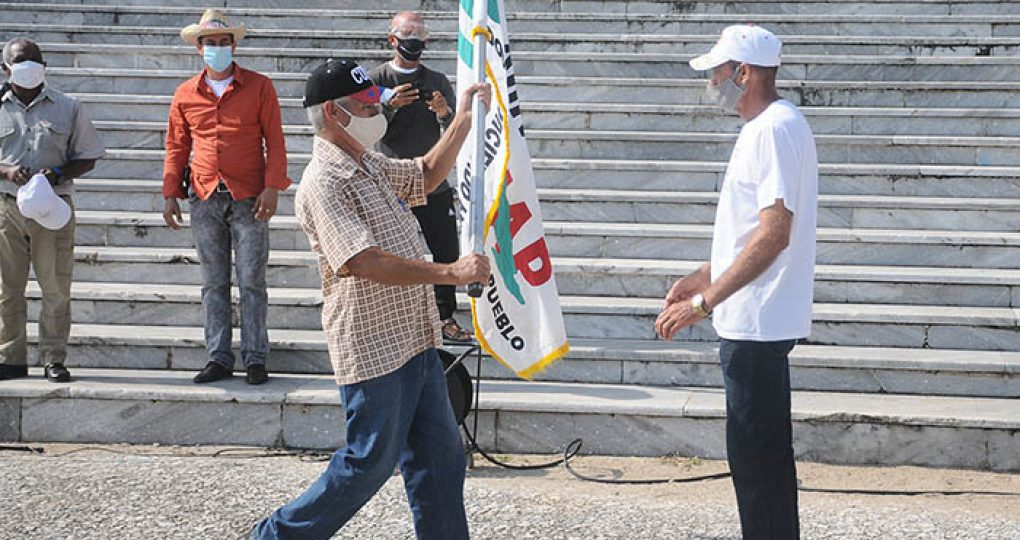 Entregan directivos de la ANAP sello conmemorativo y la bandera 60 Aniversario de la organisación anapista a productores destacados_8. fotos Yesmanis Vega Ávalos (5)